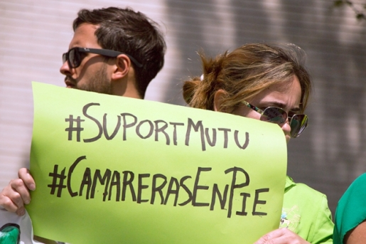 Rosmery sosteniendo un cartel en la protesta